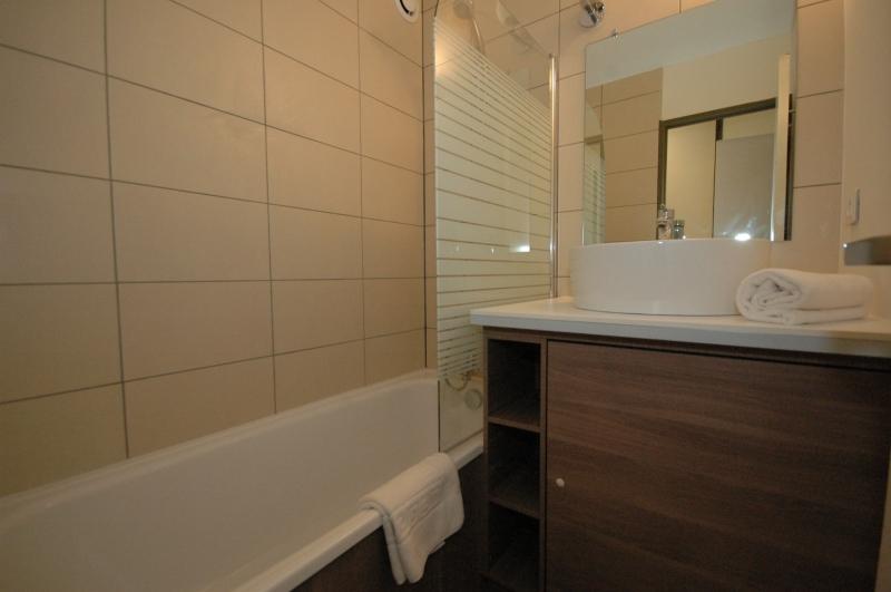 Awesome salle de bain lavabo lave linge photos awesome for Lave linge dans salle de bain norme