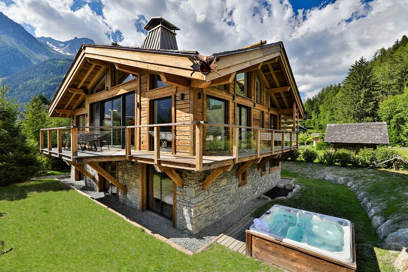 Chalet Black Stone's garden & hot tub